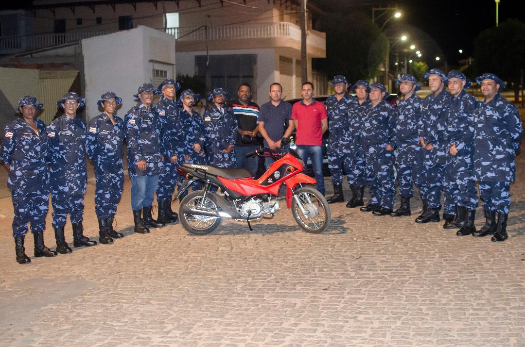 Imagem Prefeitura entrega novos fardamentos e uma moto 0 km à Guarda Municipal