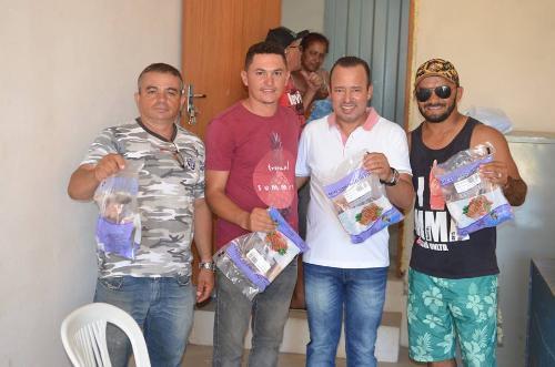 Imagem Funcionários da Secretaria de Obras recebem o peixe da Semana Santa
